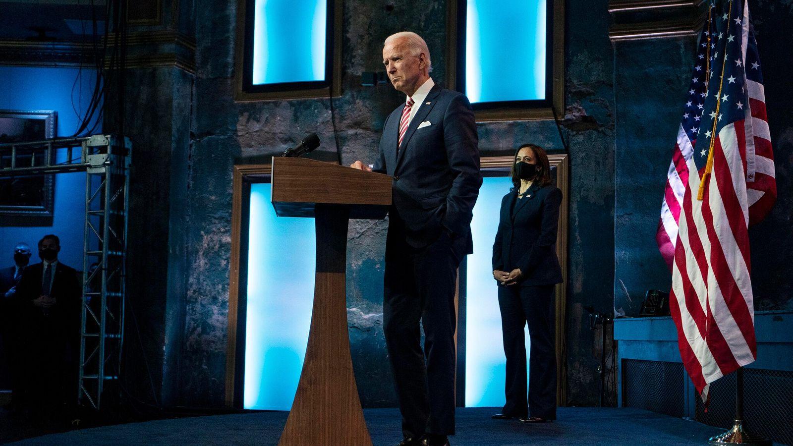 El presidente electo Joe Biden habla mientras la vicepresidenta electa Kamala Harris observa, en el teatro ...