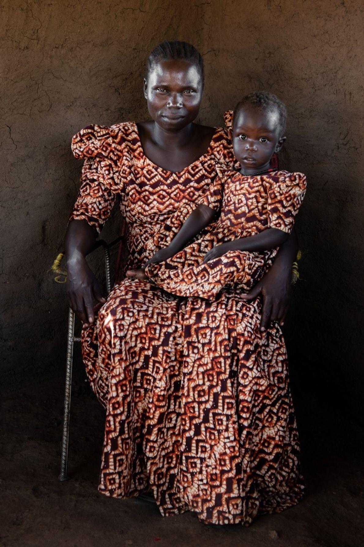 En Sudán del Sur, Rose Asha Sillah, a quien vemos con su hija, contribuyó a crear ...
