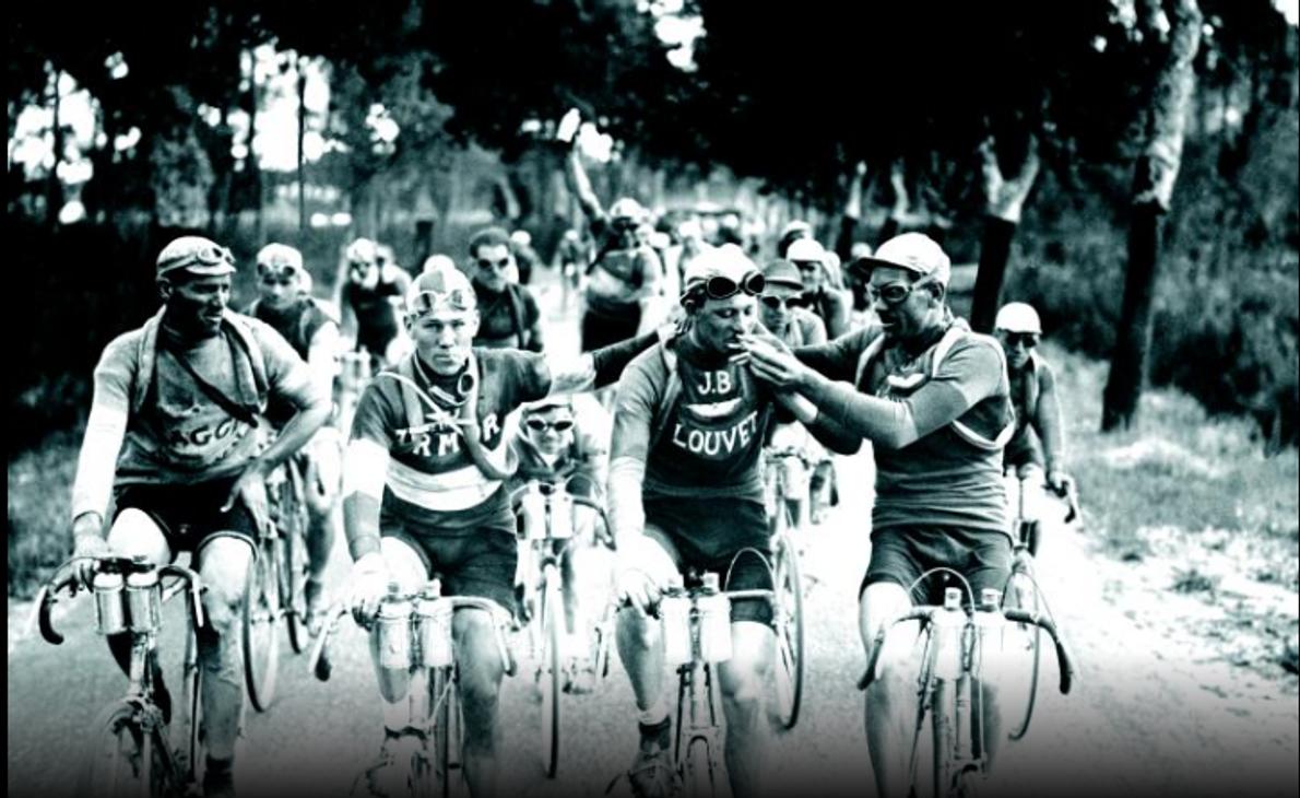 Con los tubos de repuesto alrededor del cuerpo, los ciclistas del Tour de France de la …