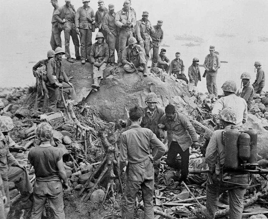 Unos 21.000 soldados japoneses ocuparon la isla en una vasta red de túneles. Sólo unos pocos ...