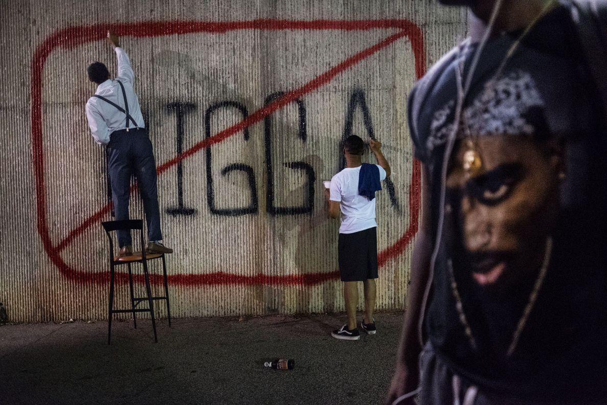 Los líderes del consejo estudiantil de Morehouse College, John Cooper y Kamren Rollins, hacen un grafiti ...