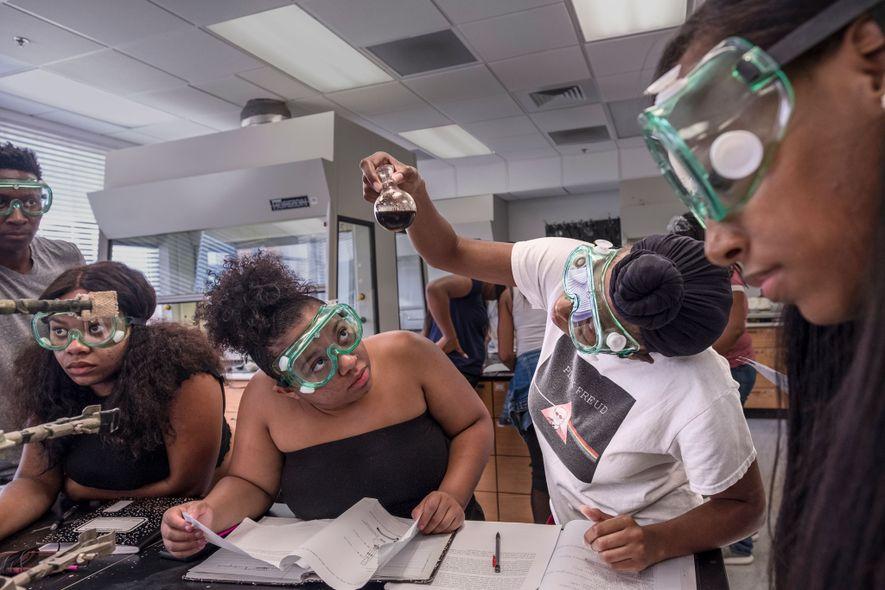 Los estudiantes de la Universidad Clark Atlanta en Atlanta, Georgia, trabajan en una clase de química. ...