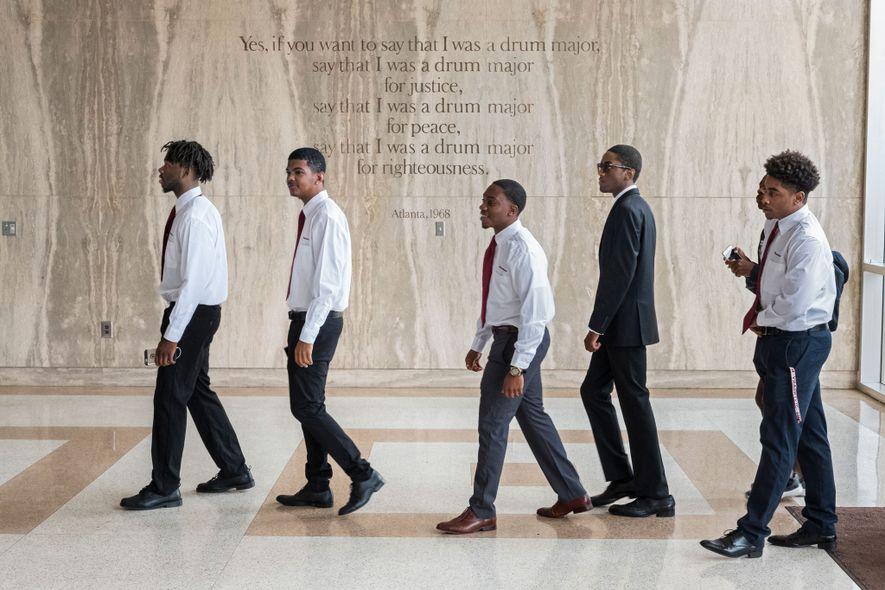 Los estudiantes de primer año de Morehouse College en Atlanta, Georgia, caminan por la capilla de ...