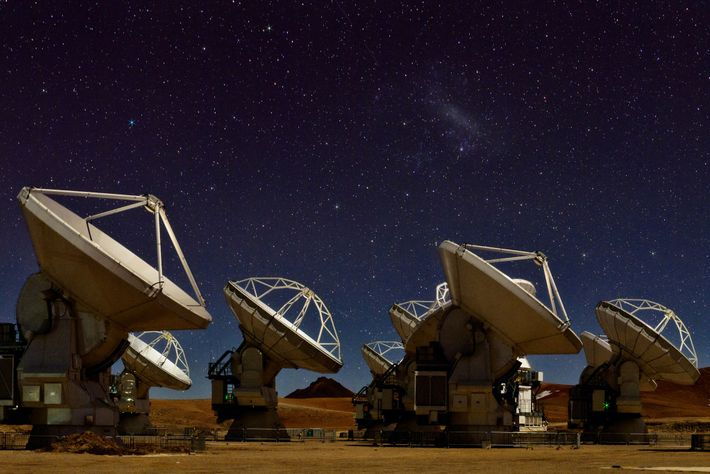 El cielo nocturno destella sobre las 66 antenas de radio del Conjunto Milimétrico/submilimétrico de Atacama (ALMA), ...