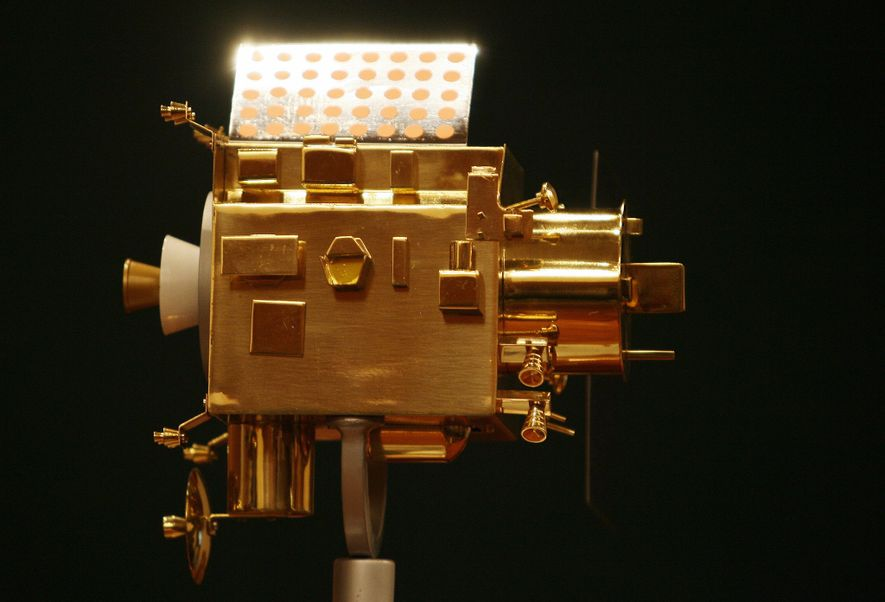 Un modelo de Chandrayaan-1 se exhibe durante una conferencia de prensa en el Centro Espacial Satish ...