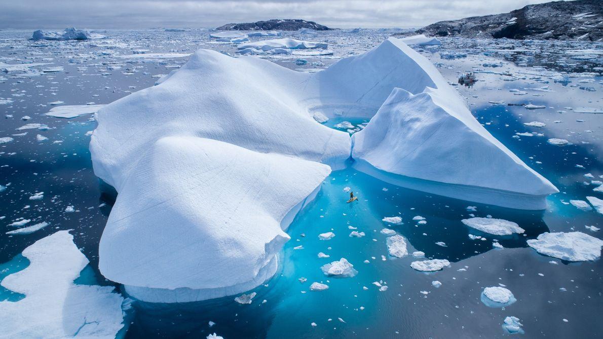 """Si practicas """"paddleboarding"""" o kayak, puedes obtener hermosas vistas de los icebergs cercanos."""