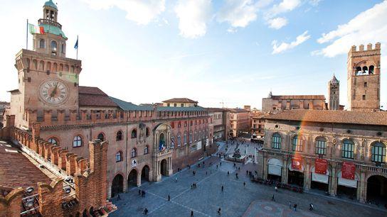 Desde la basílica de San Petronio, en Bolonia, puede observarse la céntrica Piazza Maggiore.