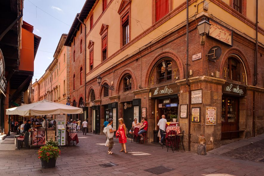 Via Clavature atraviesa el centro histórico de Bolonia, cuyos pórticos son conocidos en todo el mundo.