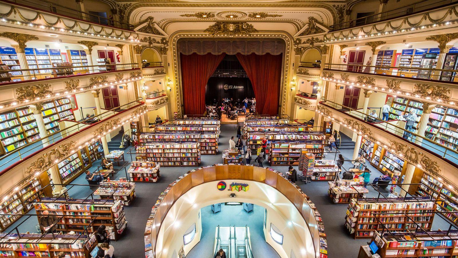 La histórica librería Ateneo Grand Splendid se ubica en el barrio de Recoleta de Buenos Aires, ...