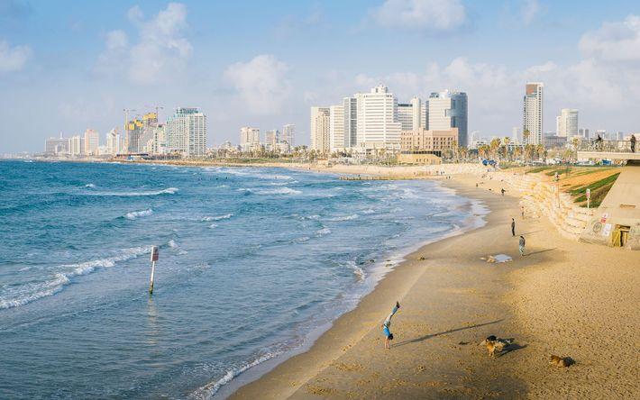 Una playa mediterránea se extiende por debajo del horizonte urbano de Tel Aviv, donde las empresas ...