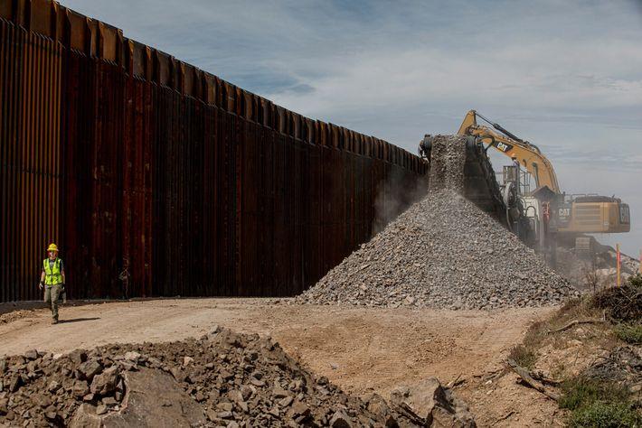 Producir cemento para la base del muro fronterizo crea polvo y gasta una cantidad enorme de ...