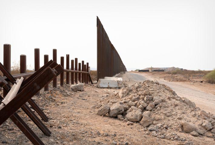 Las antiguas barreras para vehículos están a la izquierda y el nuevo muro, a la derecha, ...