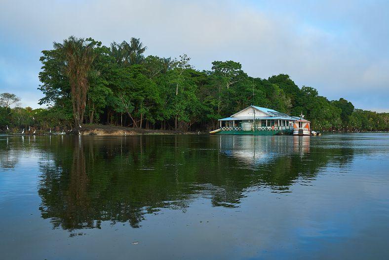 Embarcación donde se alojó el equipo de investigadores del Instituto Mamirauá.