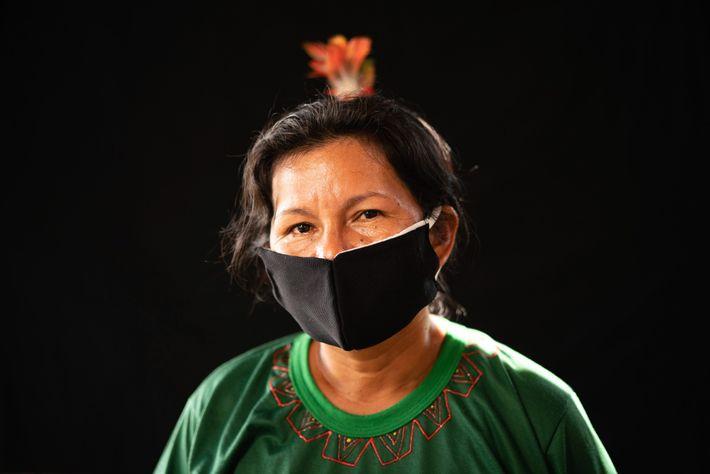 Una mujer del grupo étnico karapanã usa una máscara cosida a mano para protegerse del virus.