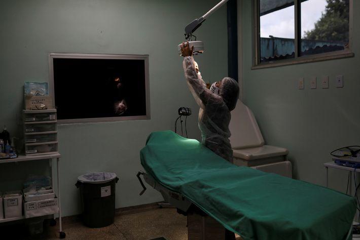 La enfermera tribal Witoto Vanderlecia Ortega dos Santos prepara una sala de examen para pacientes con ...