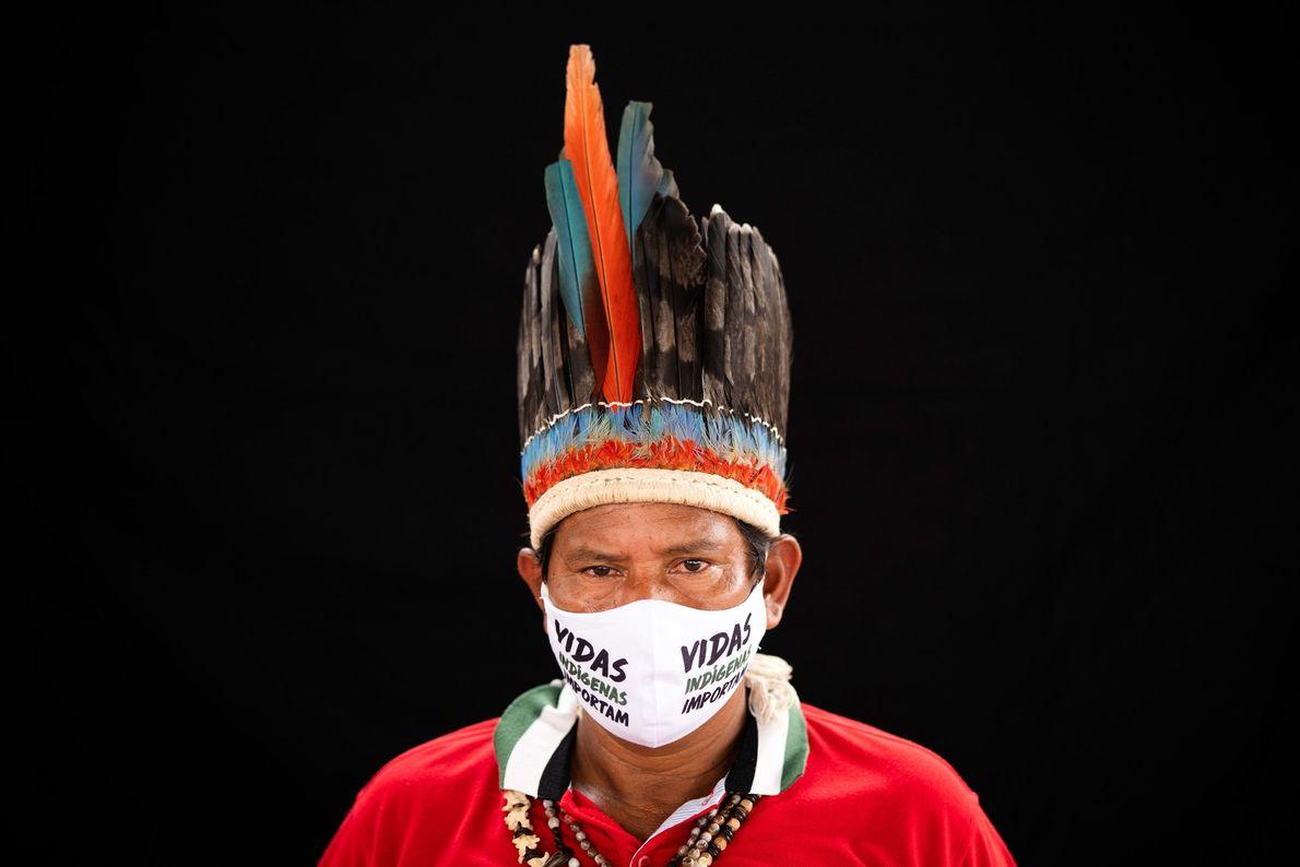 """Un líder de la tribu miraña usa un tocado tradicional y una máscara que dice """"las ..."""