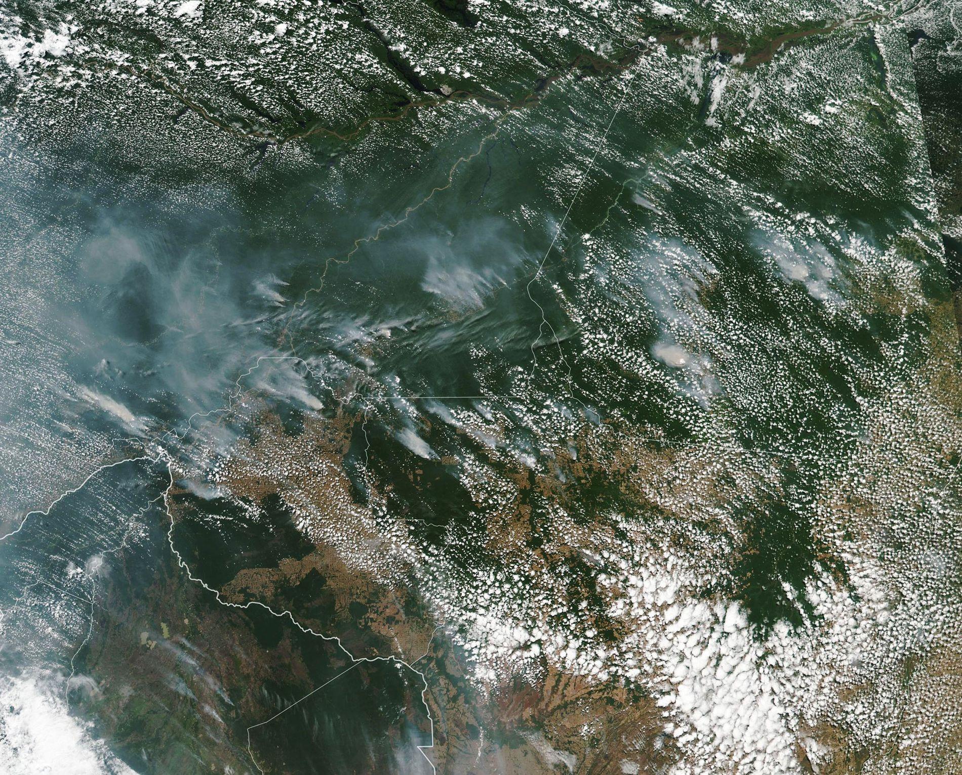 Esta imagen satelital tomada por la NASA muestra el humo de los incendios forestales del Amazonas.