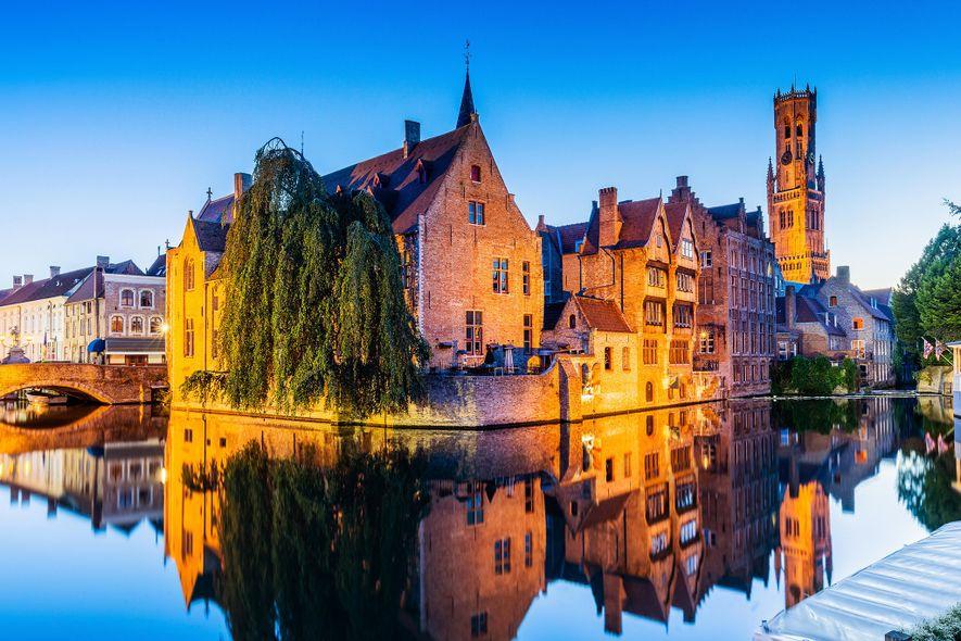 El deslumbrante canal Rozenhoedkaai es uno de los sitios más fotografiados de Brujas.