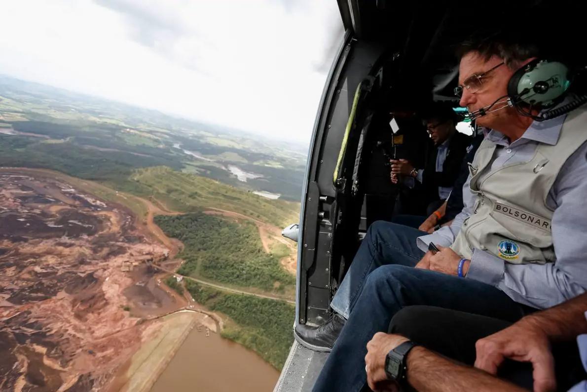 El presidente Jair Bolsonaro sobrevuela la región afectada por el rompimiento de la represa en Brumadinho …