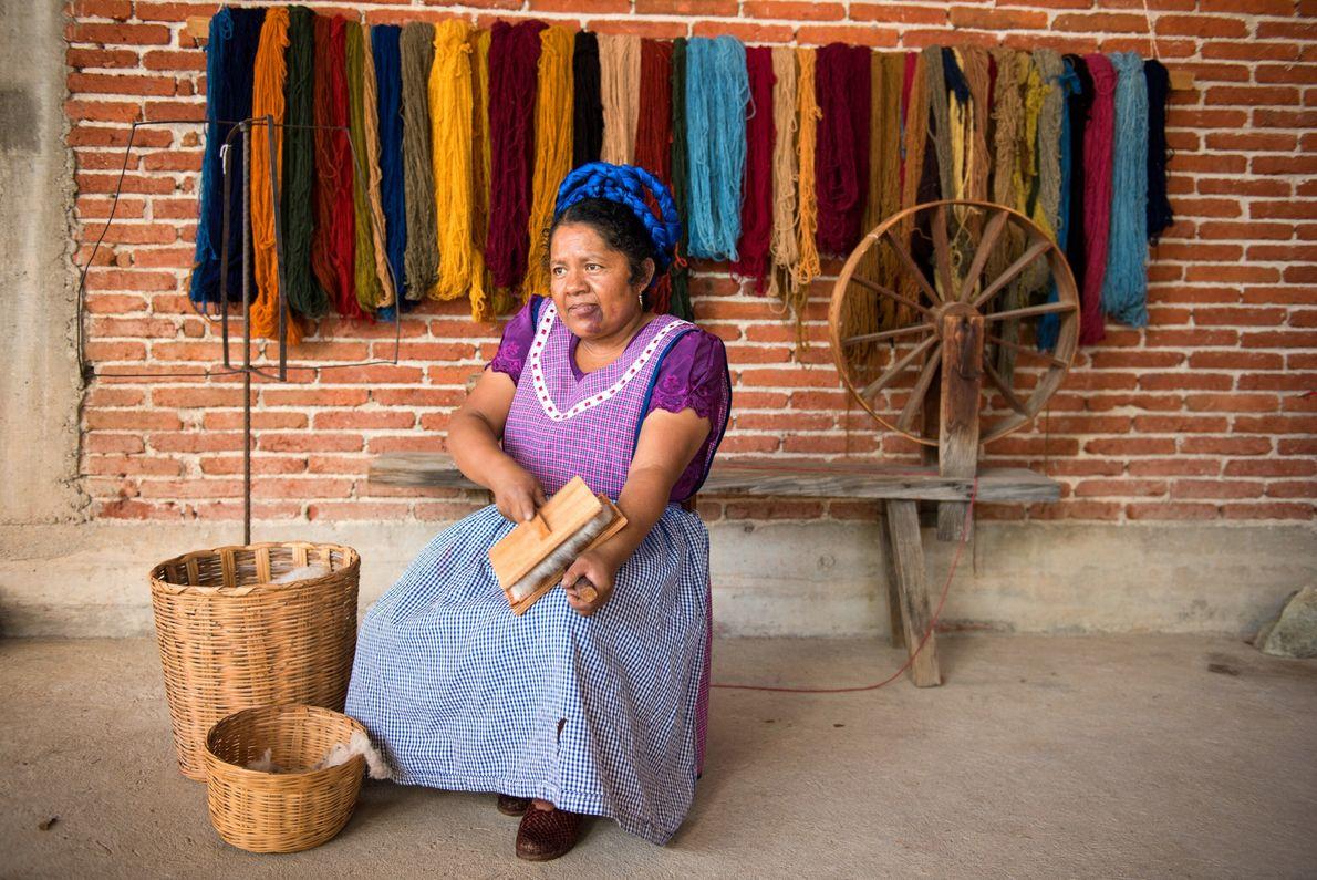 María Luisa Mendoza de Cruz cepilla lana que usará para hilar en su casa en Casa ...
