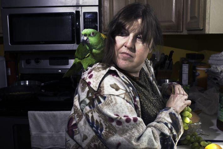 Debi Howard, una voluntaria primeriza en la Fundación Wilson Parrot, crea lazos con una amazona mientras ...