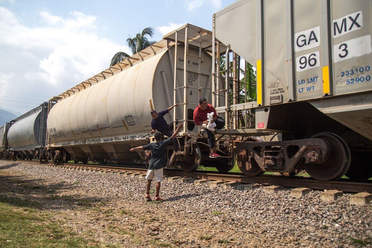 """Un niño hondureño le entrega comida a migrantes centroamericanos atravesando México sobre el tren de carga; ..."