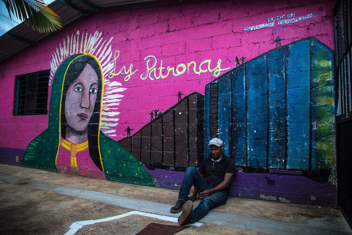 """""""Un hombre de Tegucigalpa espera que pase el tren, en el comedor vuelto albergue de las ..."""