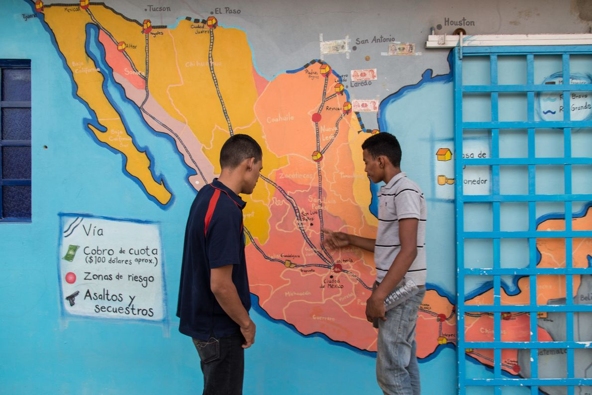 """""""Dos menores hondureños calculan cuanto más les falta en su travesía. Los dos se habían fugado ..."""
