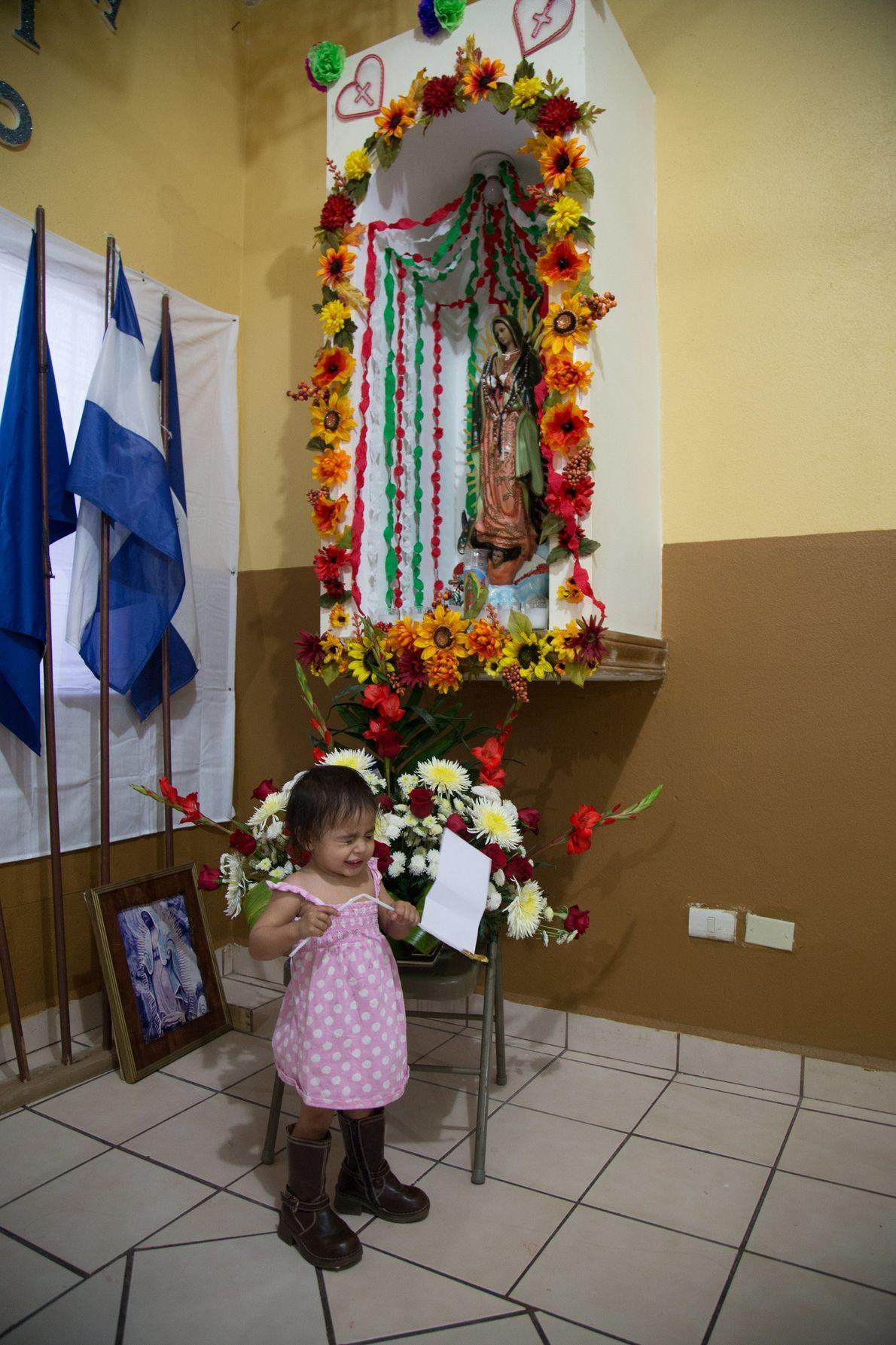 """""""Una niña hondureña juega en un albergue en Nuevo Laredo. Ella y su familia fueron secuestrados ..."""