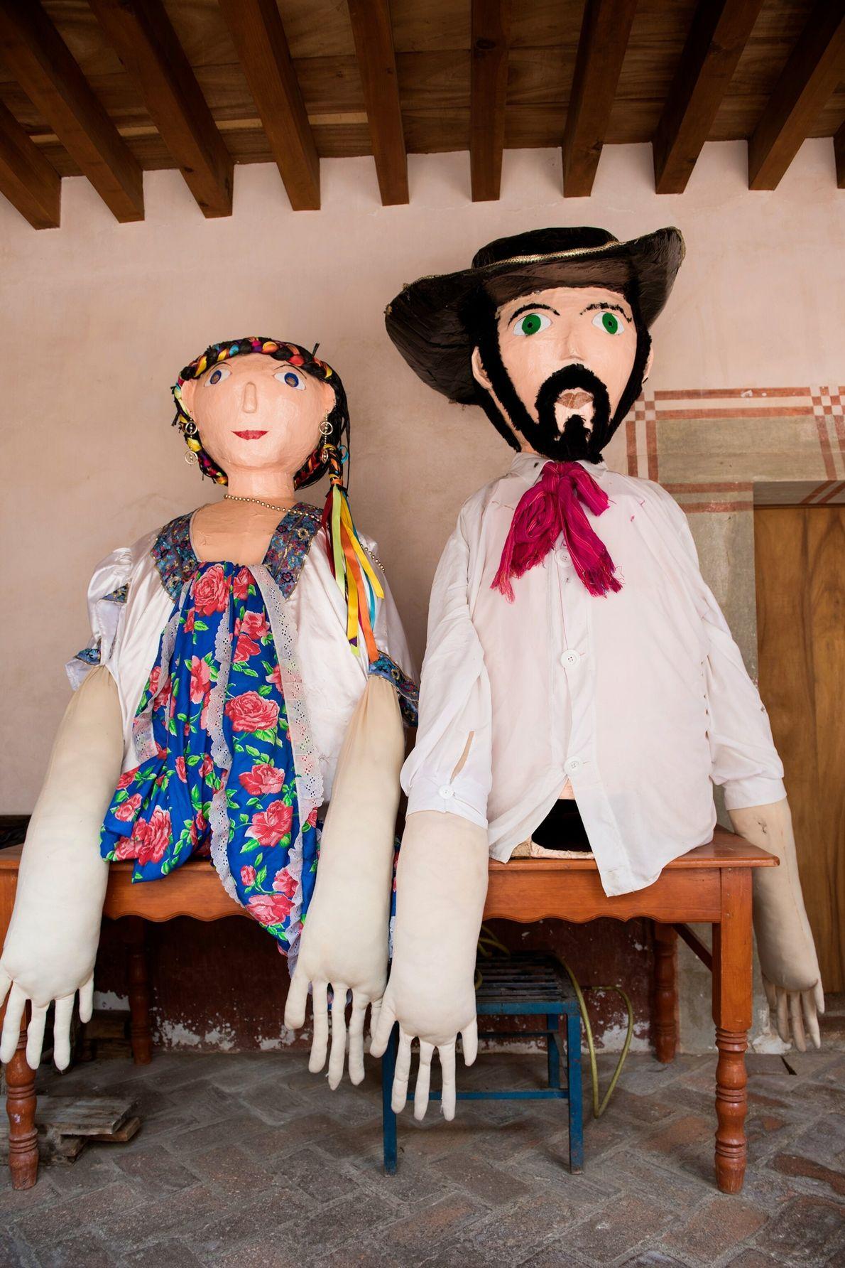 Estos muñecos, que se encuentran guardados en un templo, son elaborados en papel mache y se ...