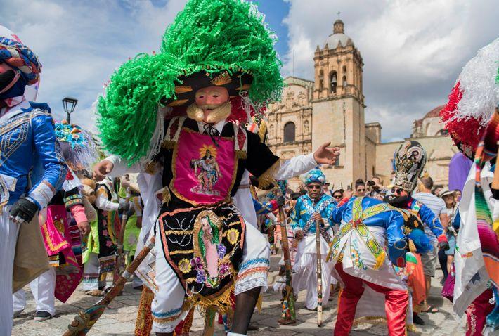 En Oaxaca, casi todos los días se realiza una celebración callejera tradicional conocida como calenda para ...