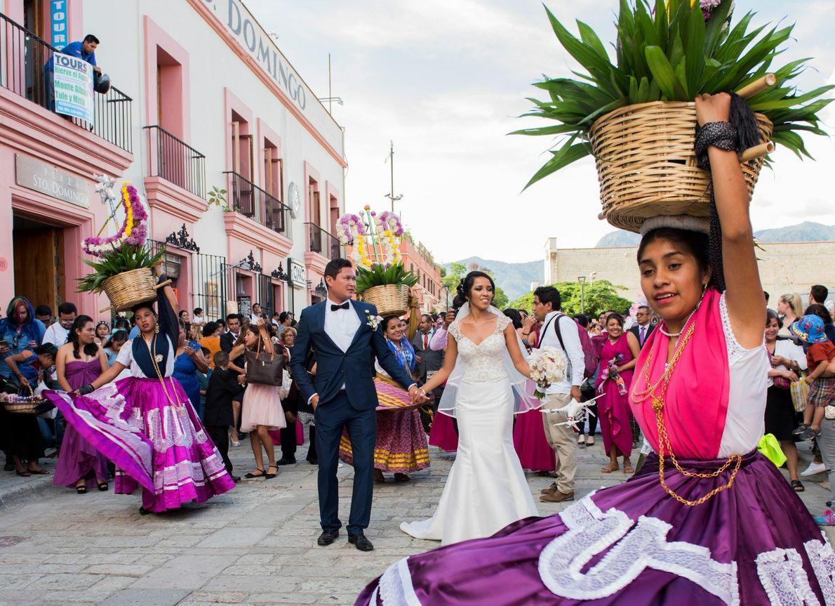 Una calenda en la calle para celebrar una boda en la ciudad de Oaxaca.