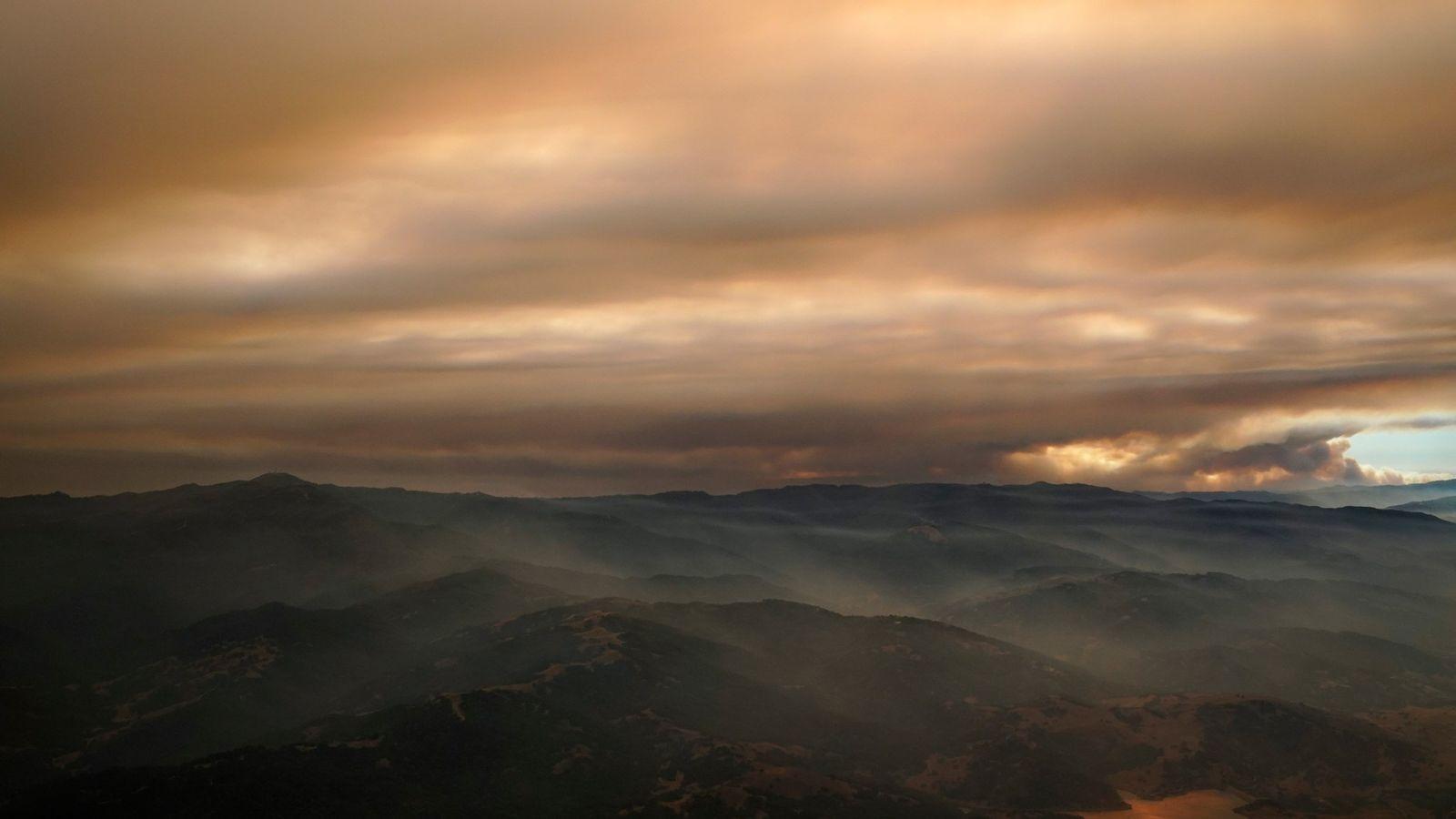 Esta foto aérea muestra el humo de un incendio forestal en Silicon Valley, ocurrido el miércoles ...