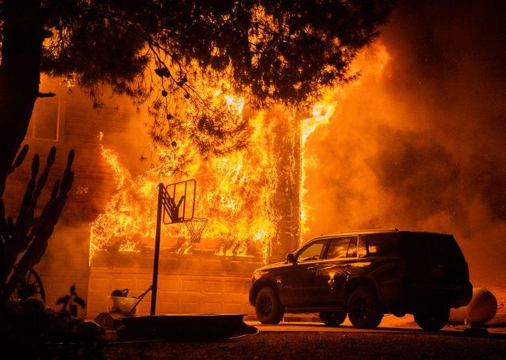 Para el mediodía del 8 de septiembre, el incendio del Valle se encontraba contenido en un ...