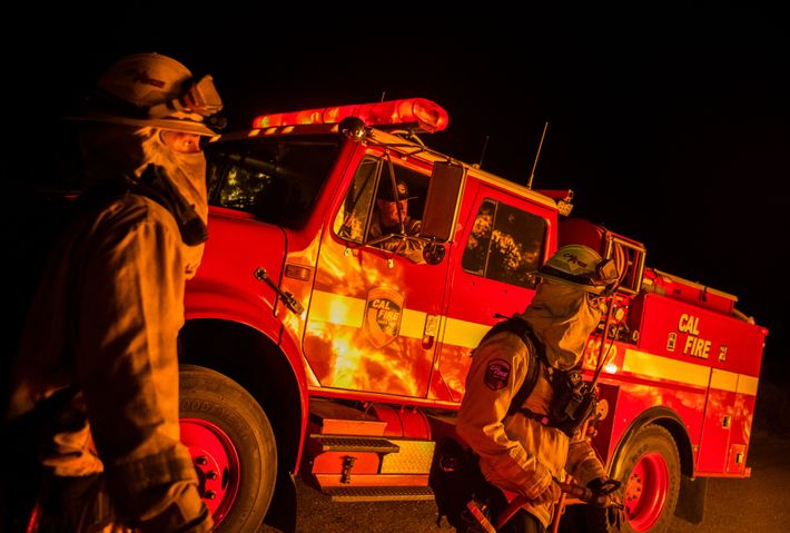 A medida que se iban extendiendo los incendios por todo el estado, los bomberos y sus ...