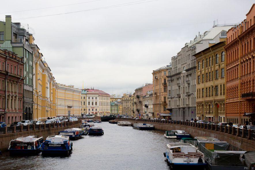 Botes amarrados en uno de los muchos canales que hay por toda la ciudad.