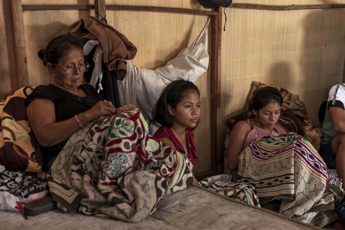 En los días de aislamiento, las familias suelen pasar el tiempo mientras elaboran bordados tradicionales de ...