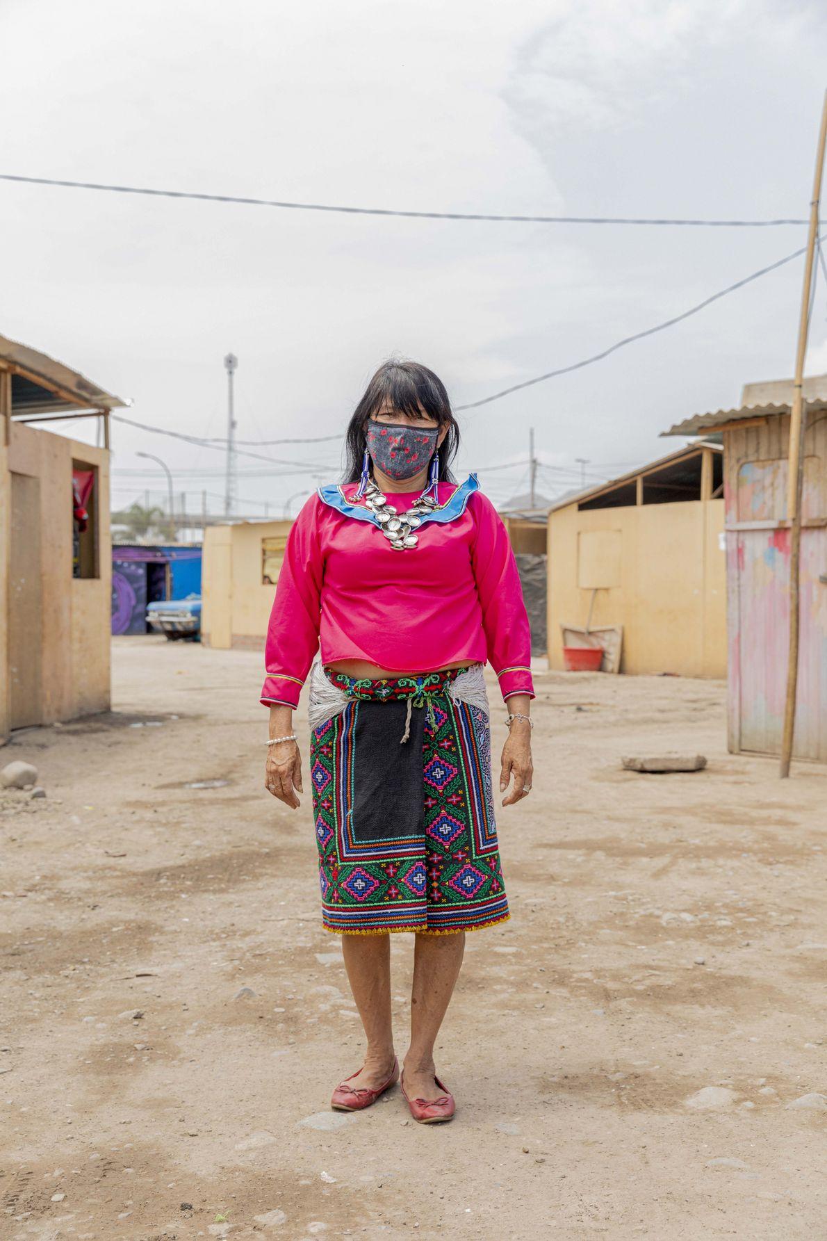 Olinda Silvano, reconocida artista tradicional Shipiba, en los exteriores de su vivienda. Ella lleva una mascarilla ...