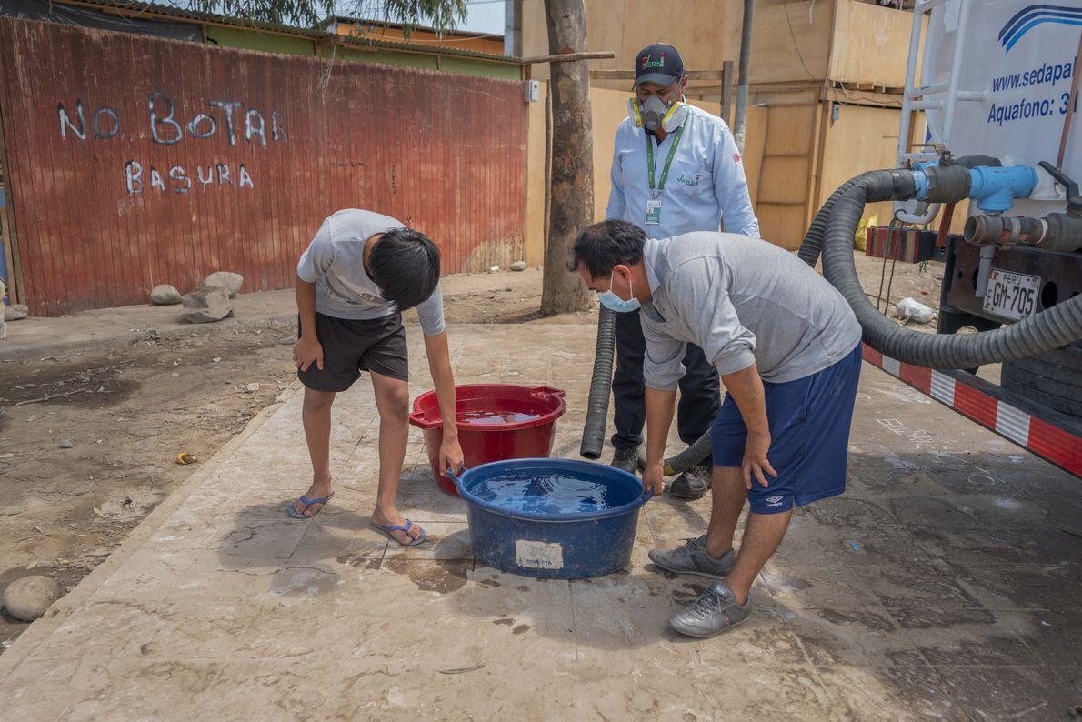 En la comunidad de Cantagallo no hay agua potable y desagua, las familias dependen del abastecimiento ...