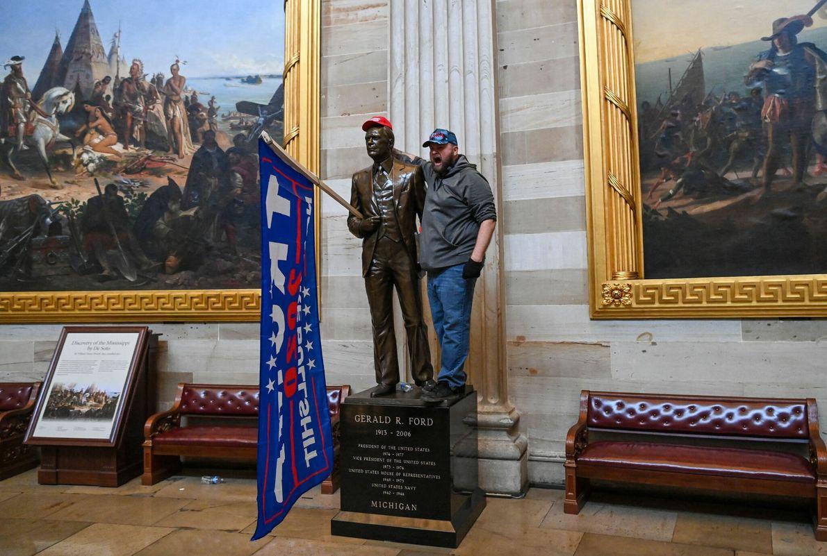 Los alborotadores tuvieron vía libre para recorrer la Rotonda del Capitolio estadounidense, sacarse fotos y entrar ...