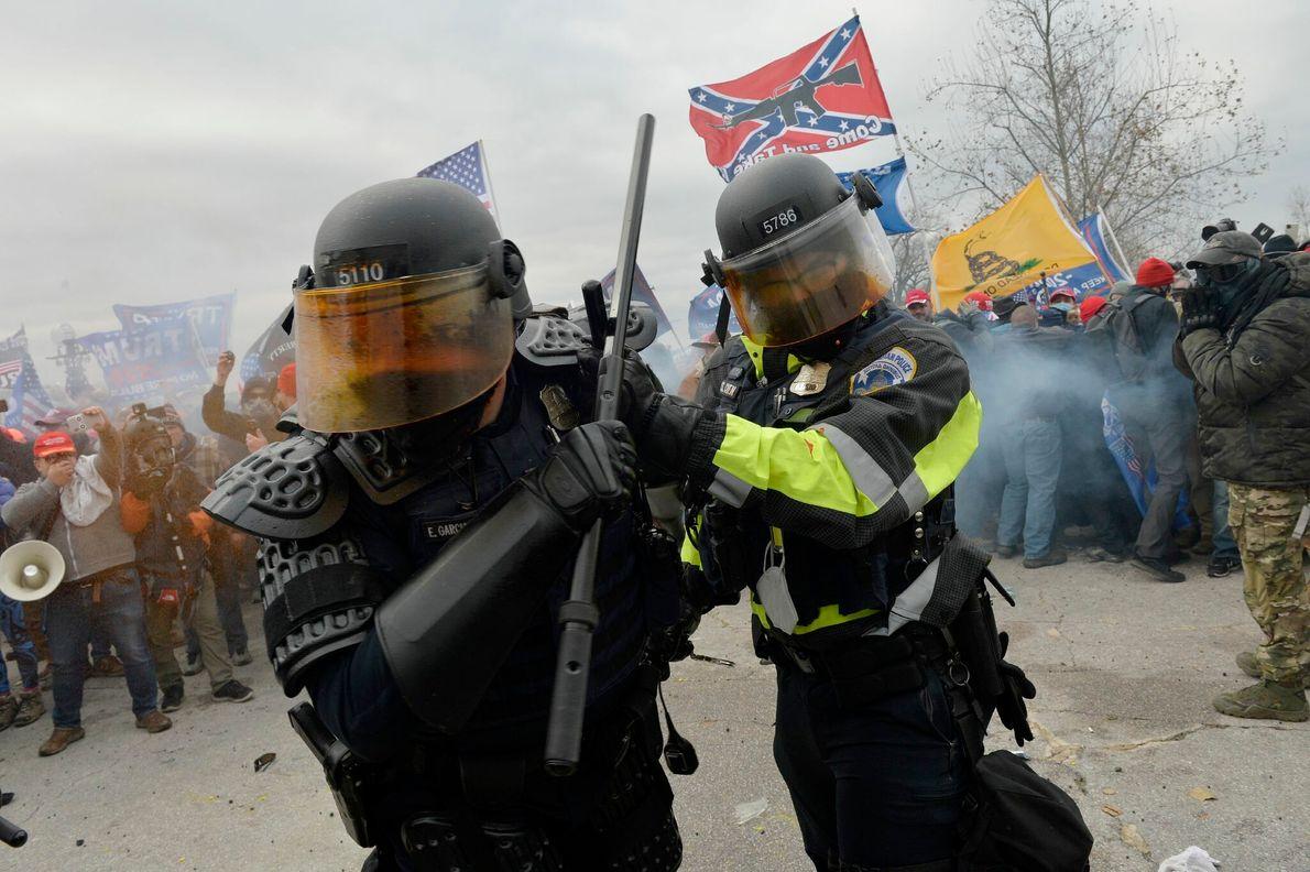 La policía del Capitolio se enfrenta a los violentos manifestantes pro-Trump frente al Capitolio de los ...