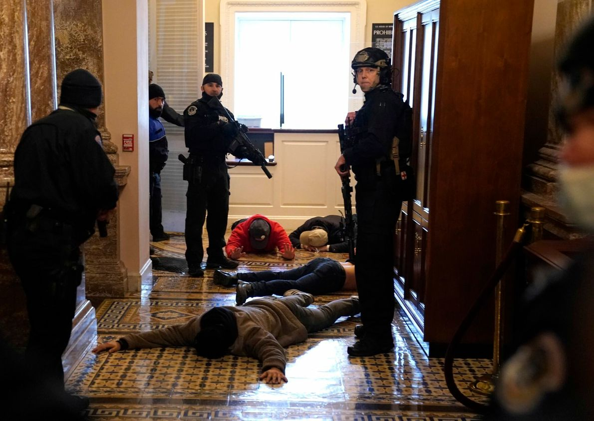 La policía del Capitolio de Estados Unidos detuvo a los alborotadores frente a la Cámara de ...