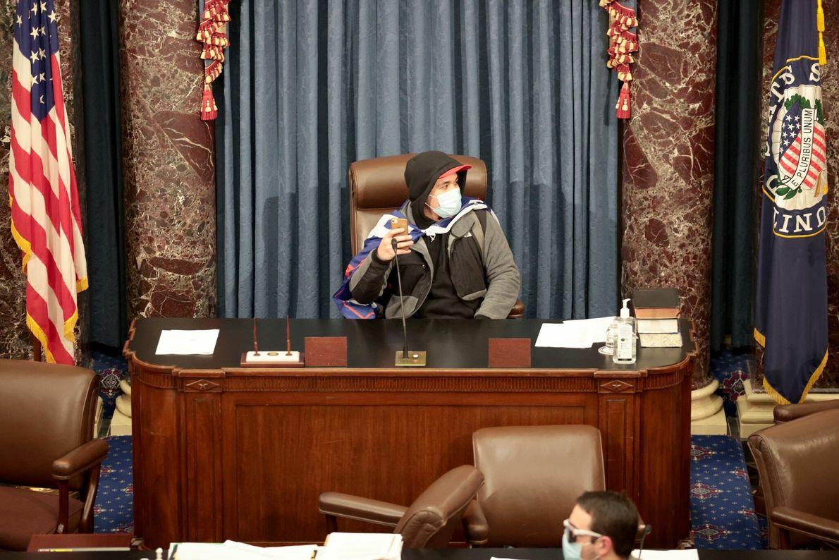 Un insurgente se sentó en la mesa de la Cámara del Senado tras interrumpir a los ...