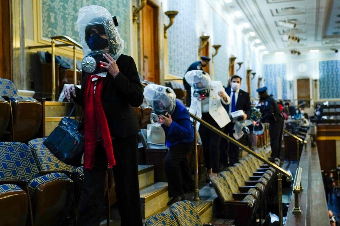 Cuando los seguidores del presidente Trump entraron por la fuerza en el Capitolio, los legisladores y ...