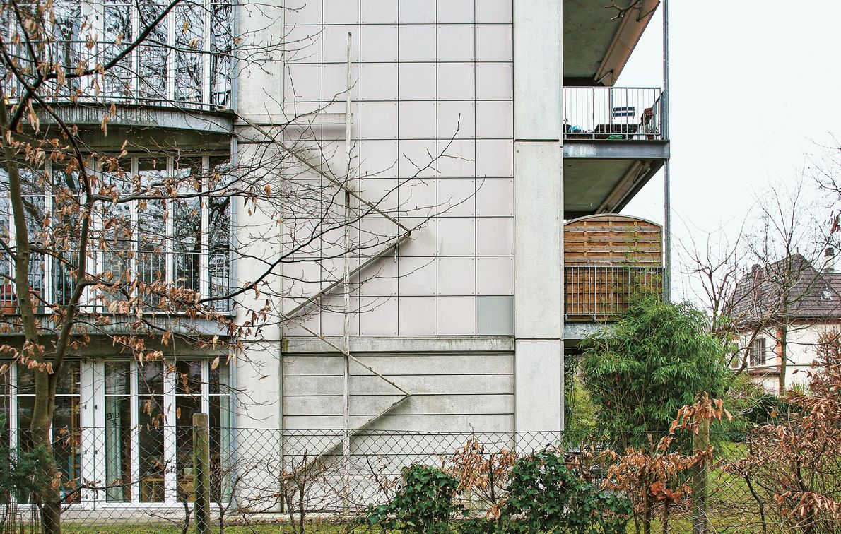 Esta escalera para gatos zigzaguea por la pared del edificio.