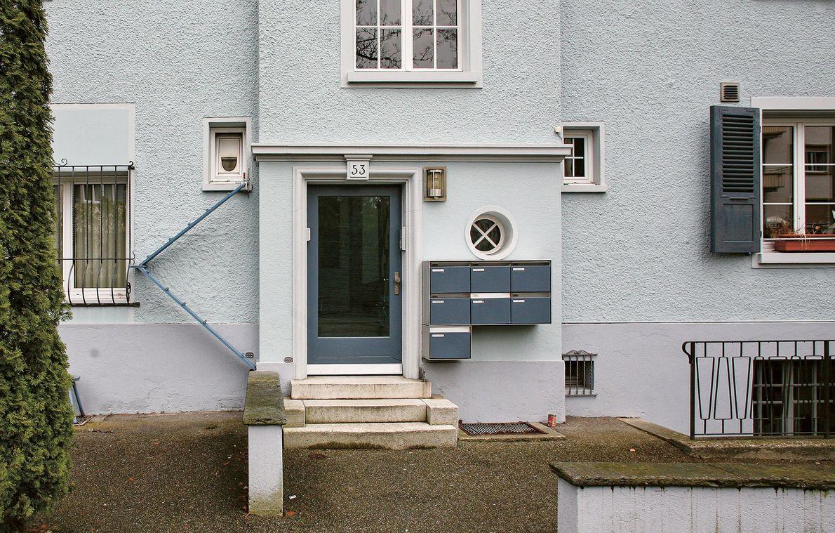 Esta escalera conduce hasta una gatera en la ventana, lo que permite que los gatos entren ...