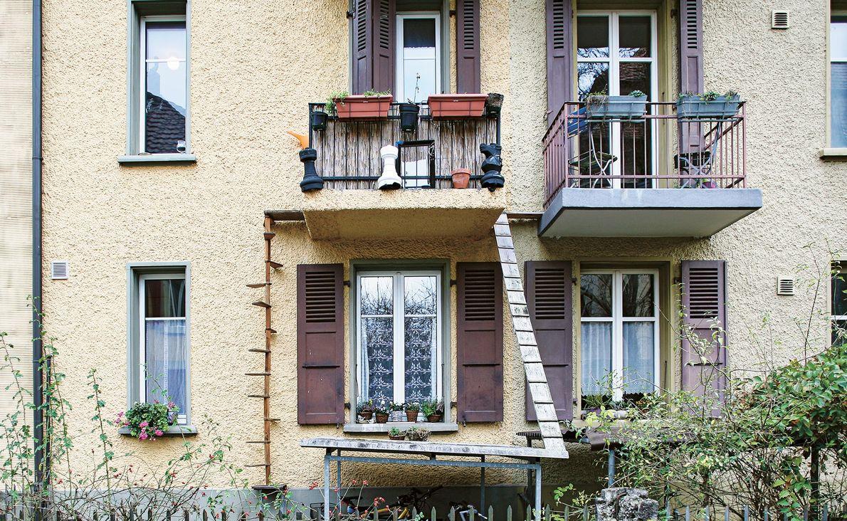Los gatos pueden ir y venir desde este balcón por la escalera de madera en espiral ...