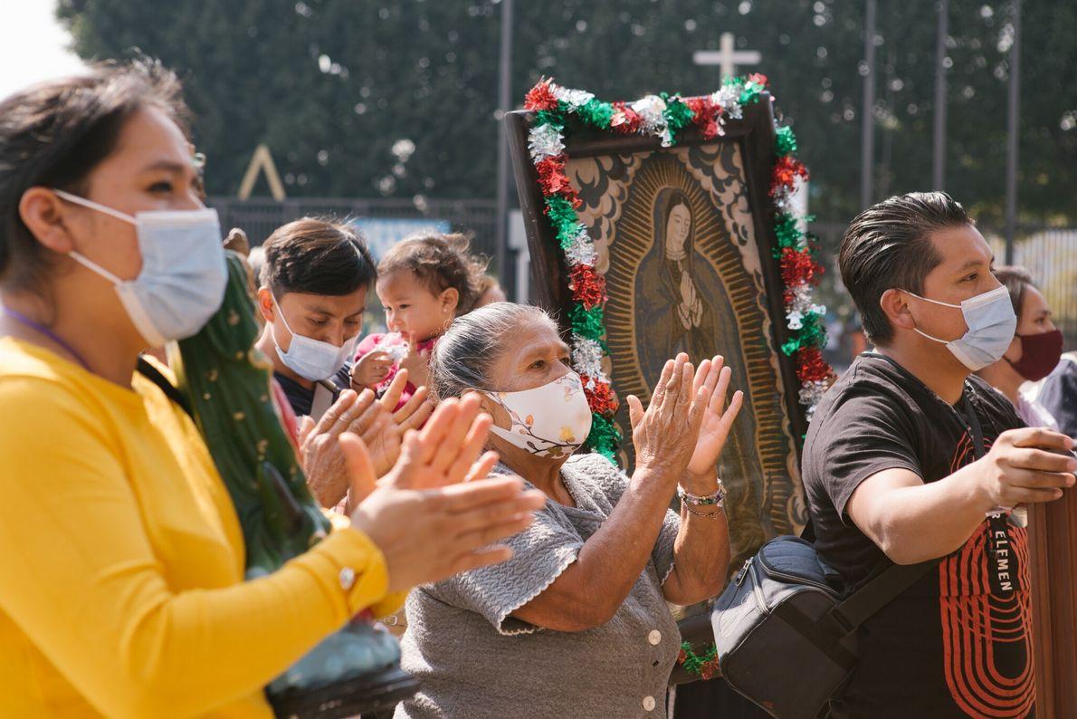 Un día antes de que la Basílica de Santa María de Guadalupe cerrara, una familia cantaba ...