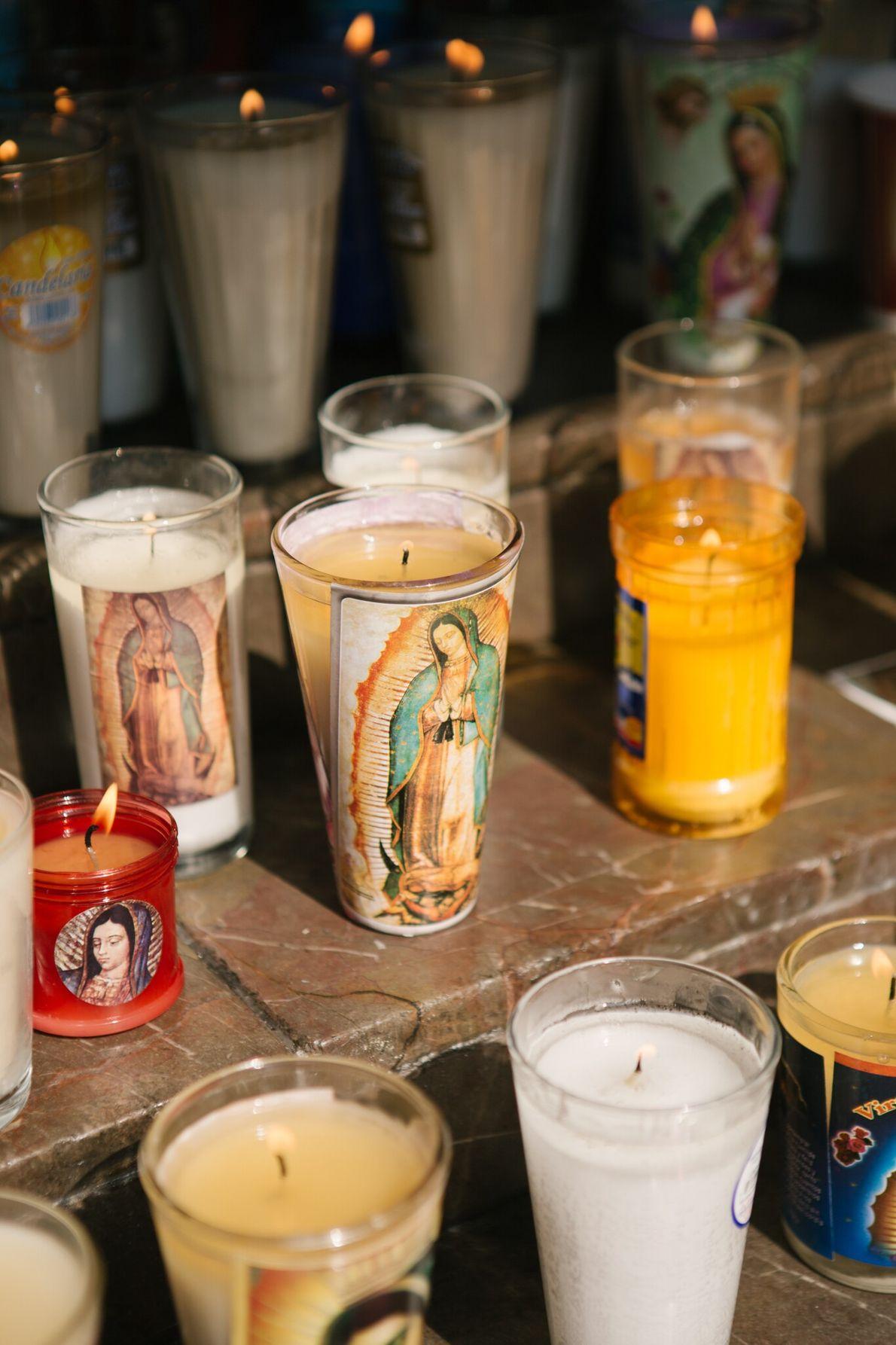 Las velas que los visitantes dejaron en la Basílica de Santa María de Guadalupe antes de ...