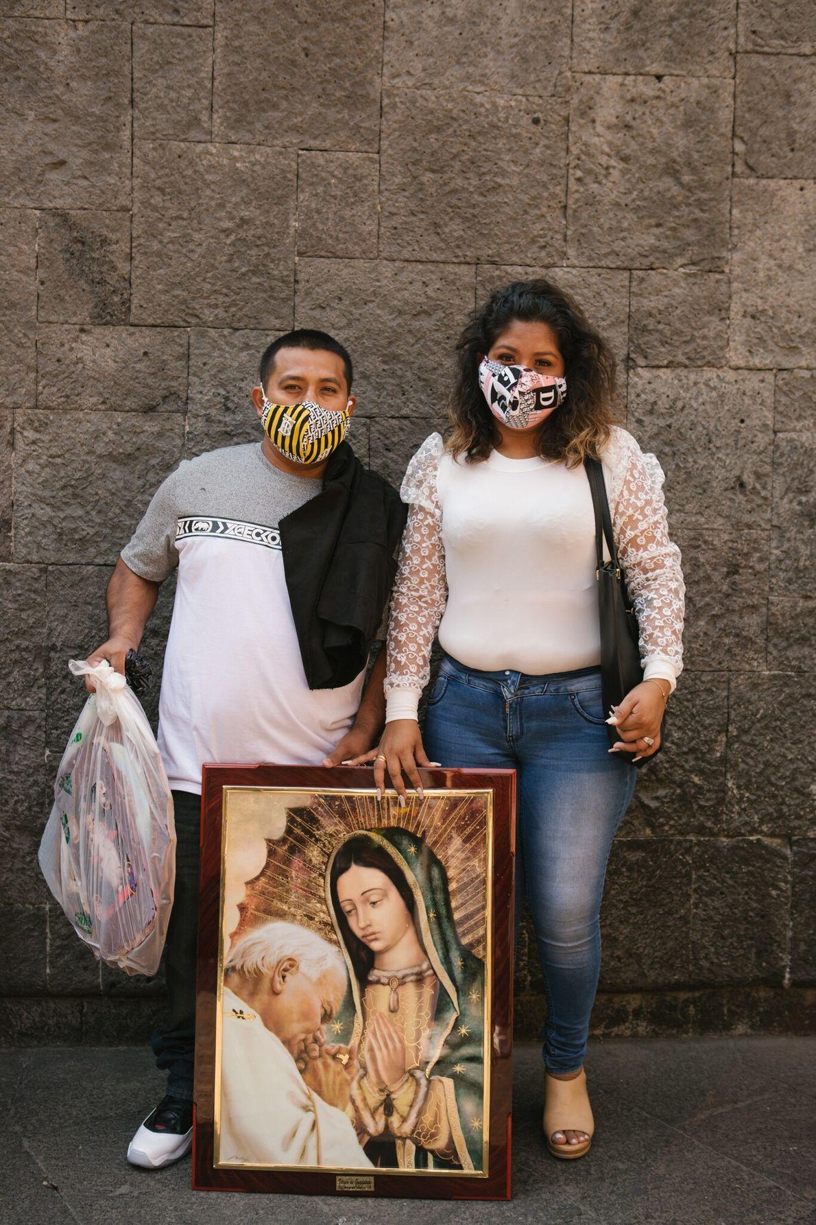 """""""Nuestra fe es más grande que esta enfermedad"""", afirma Leonor Yadira García (derecha), que llegó junto ..."""